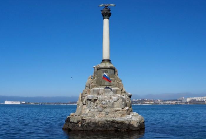 Памятник-затопленим-короблям-в-Севастополе