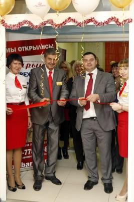 Директор Александр Воронежцев и Председатель Правления Олег Кошевой перерезают ленту